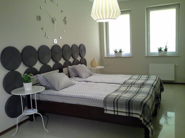 Sypialnia dwa łóżka pojedyncze mogą być złączone.