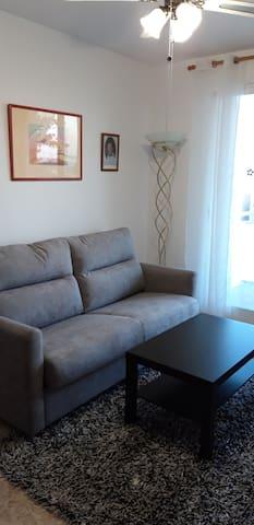 le salon avec son canapé lit neuf