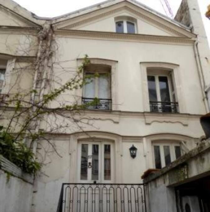La maison : le studio occupe tout le premier étage. Escalier indépendant.