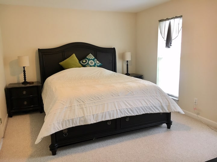 King size guest suite minutes from Downtown