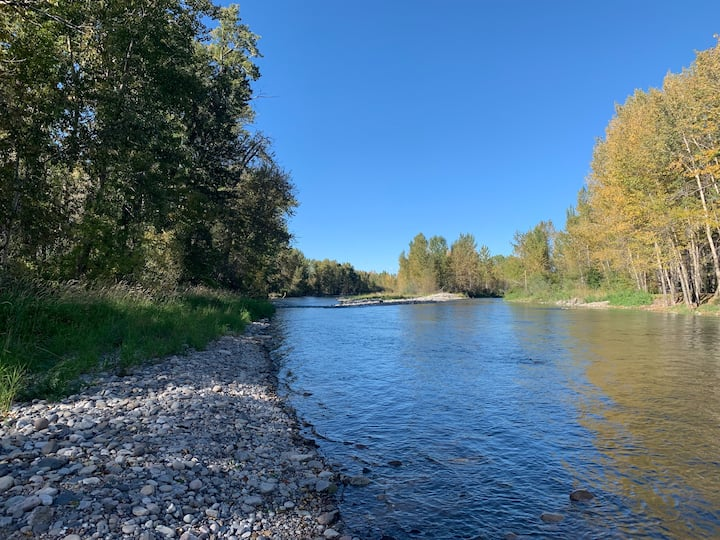 Gallatin River Retreat-Fish/Ski/Golf/Hike/Relax!