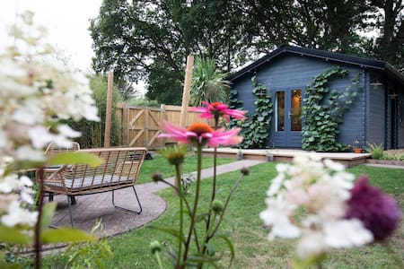 Rustic & cosy retreat 5 mins from the sea