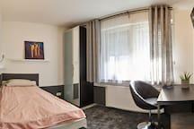 Das Wohn-Schlafzimmer bietet gemütlichen Wohnkomfort.