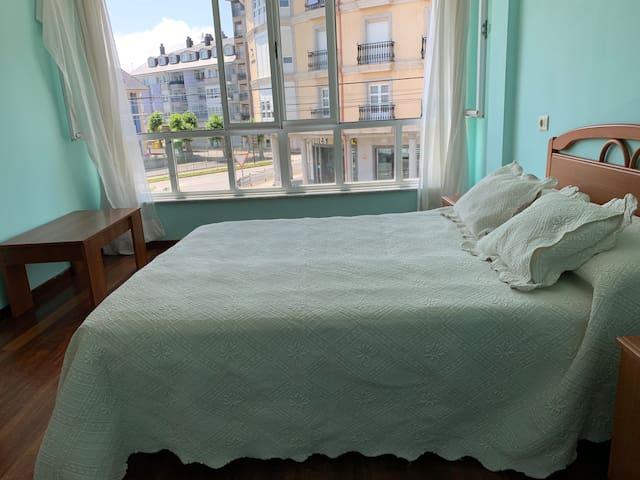 Habitación con vistas a la glorieta, cama matrimonio.