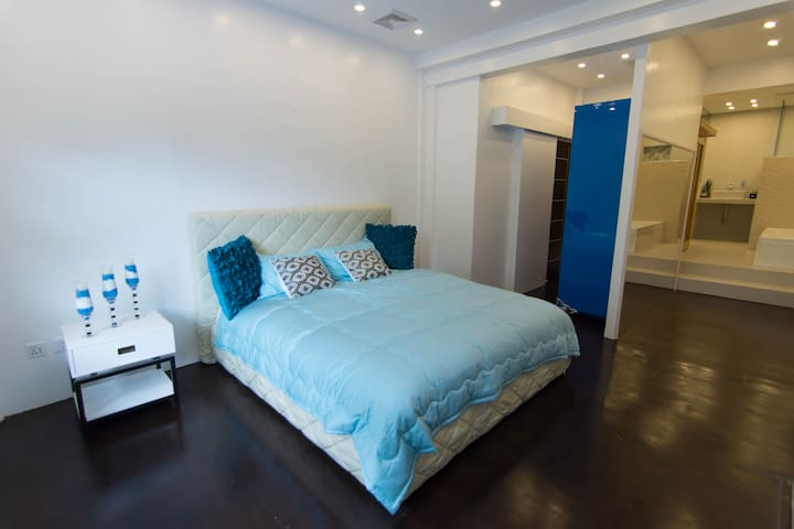 This room is air conditioned and has a flat-screen TV , cozy queen size bed and spacious wardrobe and toilet.
