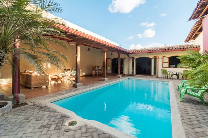 4BR/3BA home in central León, very private w/pool!