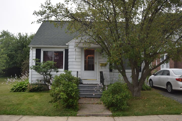 Entire 3 bedroom Cozy House - Utica - House