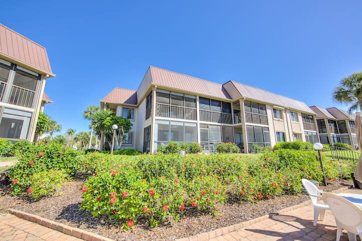 NEWLY REMODELED Ft Myers Beach Condo-Steps 2 Beach