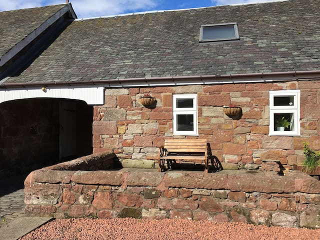Lovely cottage, wi-fi, Loch-Lomond 2 min.