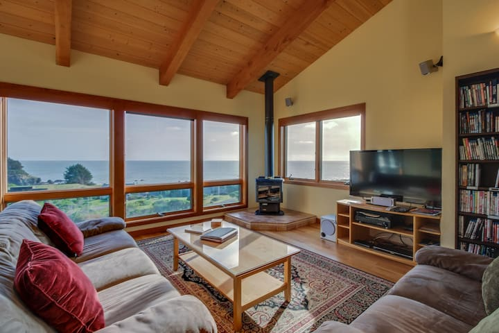 A private hot tub, shared pool, ocean views & close to Pebble Beach!