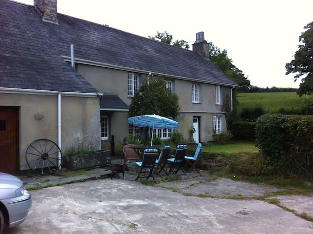 Farmhouse off  A30 Nr North Coast,Cornwall - Werrington - Hus