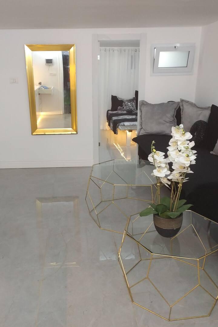 דירת גן יפה וחדשה עם ריהוט חדש במיקום מרכזי ושקט