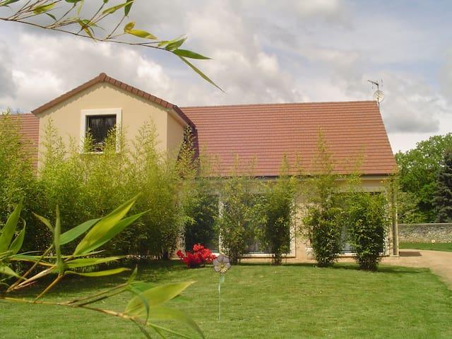 2 jolies chambres dans maison neuve et jardin clos - Ébreuil - House