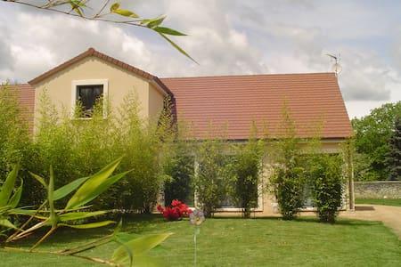 2 jolies chambres dans maison neuve et jardin clos - House