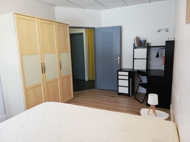 Chambre avec placard et coin bureau