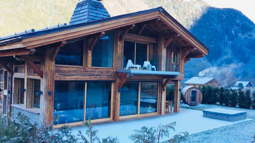 Amazing chalet hottub sauna close to shops/bars