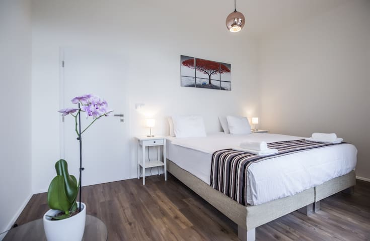 Spacious Modern Bright 1 Bedroom Apartment 5⭐ Quality Queen bed, with balcony (2 - 4 Adults)