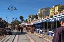 Cruzando la avenida principal. A un par de minutos de mi piso. El paseo marítimo y muchos bares y restaurantes. Foto enero 2019