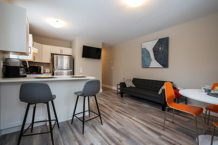 Bright 1 bedroom - convenient location