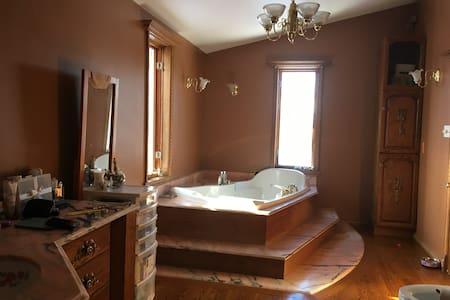 Maison champêtre avec Spa/bain intérieur - Laval
