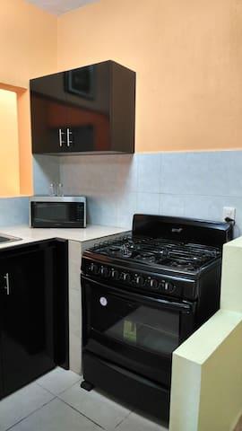 Cocina completamente equipada para tu comodidad, estufa, horno de microondas, refrigerador, licuadora, vajillas, utensilios varios. Tú solo encárgate de Cocinar una Exquisita Cena, O Un delicioso y Riquísimo Desayuno!!