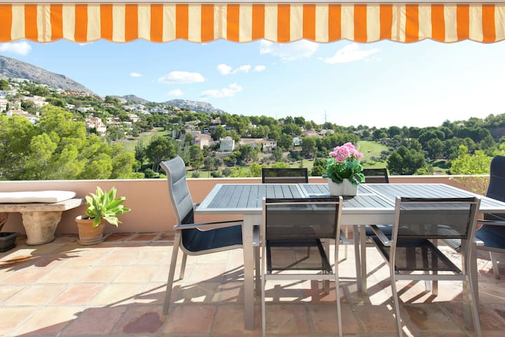 Fantastic apartment on the golf course, large terrace and communal swimming pool