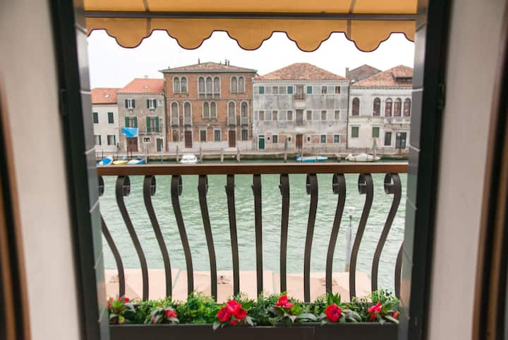 MURANO Suites - AMETISTA & Balcony on the canal.
