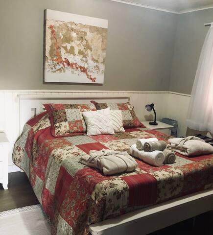 Essa é nossa suite 2 com cama de casal, maleiro para o conforto de sua mala, armário, aquecedor a gás e dois roupões para seu conforto.