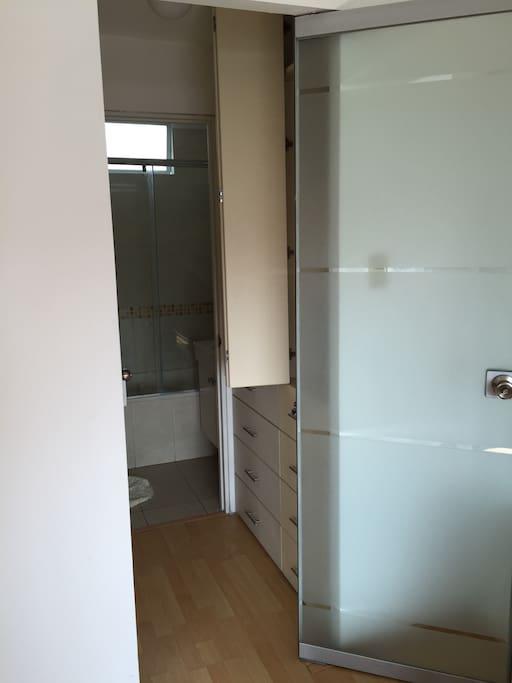 Walking Closet, Baño con Ducha y Tina (Habitación Principal)