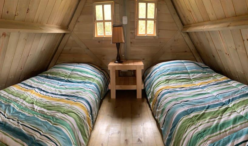 Dos camas sencillas en el altillo