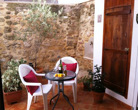 Cute ground floor apartment with patio & wifi
