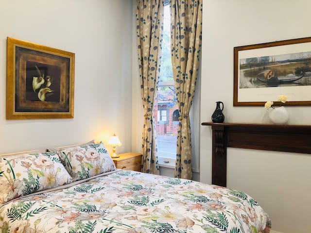 Hawthron Victorian en-suite room near station