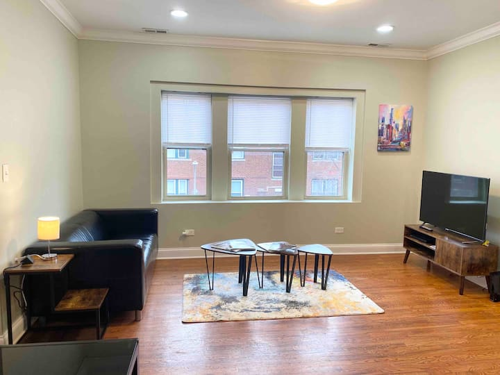 Modern & Cozy | Near Humboldt Park, two Queen, Pkg