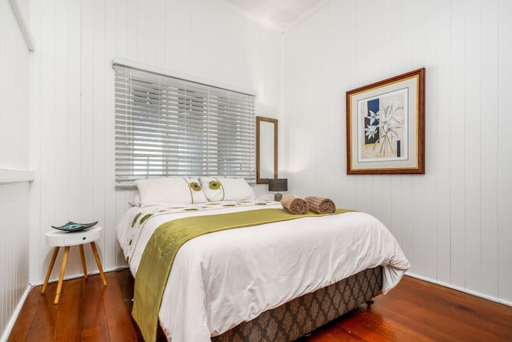 Second bedroom, Queen size bed