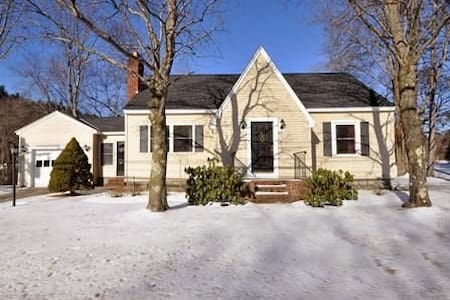 Spacious home w/ private deck and backyard - Westford - House