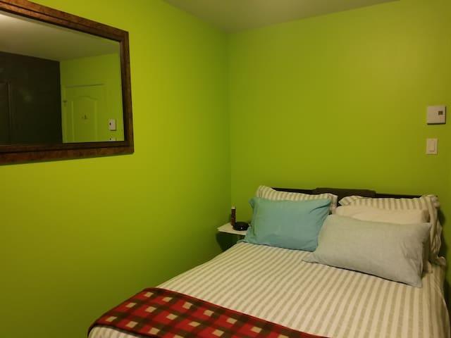 lit double avec protège-oreillers et matelas anti punaises de lit