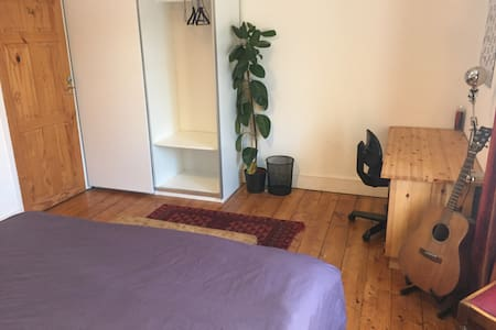 Large + Light Double Room 15 Walk from City Centre - Hus