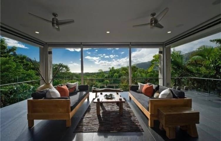 NEW CONTEMPORARY-ESTATE  15 MINUTES FROM WAIKIKI