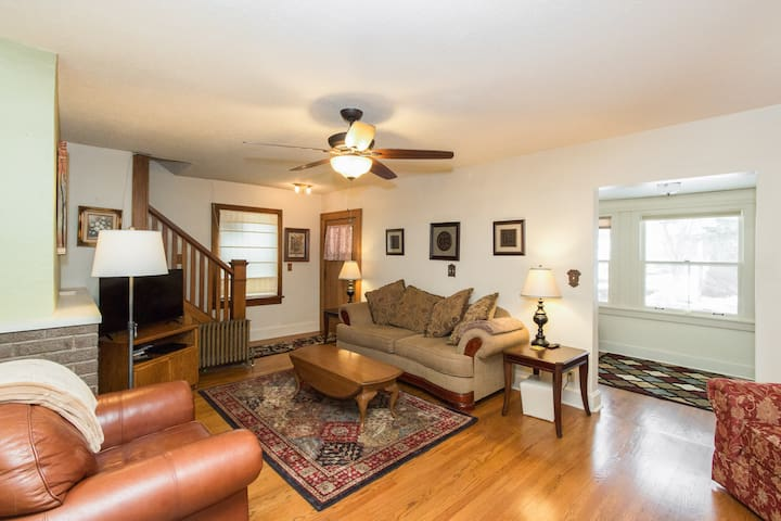 Beaverdale 4 BR Sleeps 10, 4.1 miles to Downtown