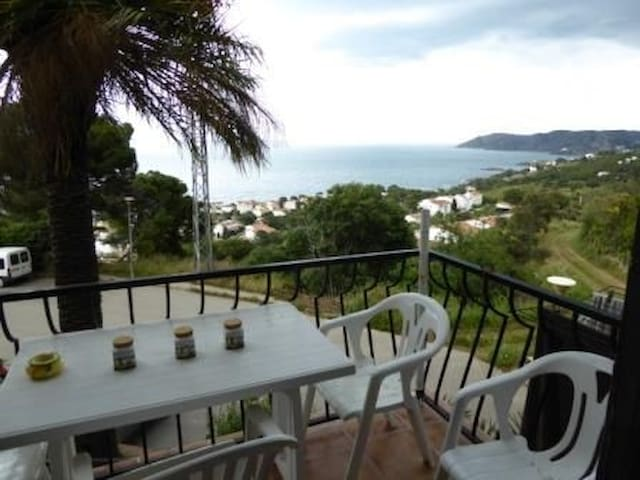 Apartment with sea panoramic views, located in a quiet neighborhood in Super Fané (Llanç - Llançà - Daire