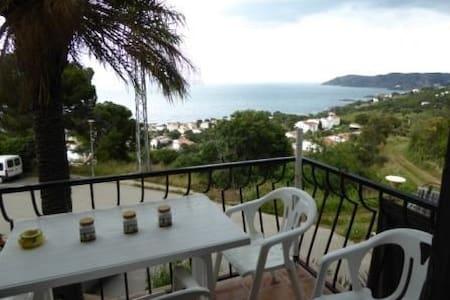 Apartment with sea panoramic views, located in a quiet neighborhood in Super Fané (Llanç - Llançà - Huoneisto