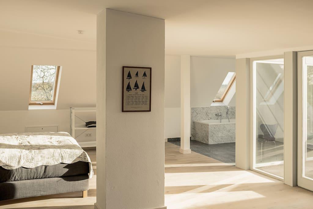 Schlafbereich & Badezimmer