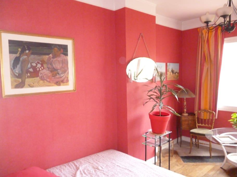 La chambre rouge communicante avec la chambre jaune