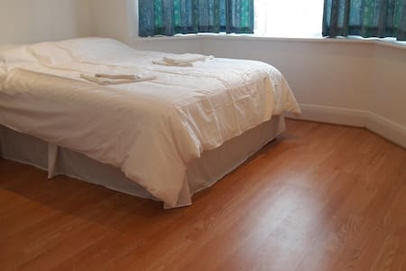 White House Ensuite R1 - Chessington