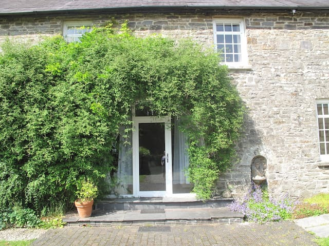 Delightful Carriage Mews in lovely 3 acre grounds