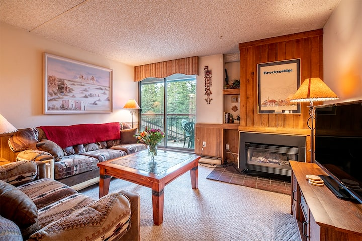 Downtown Breckenridge Condo! Hike-in/hike-out, Hot Tubs, Walk to Everything! - Trails End 212