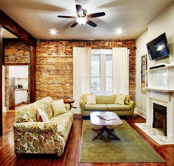 Elegant Brick 2 Bedroom Townhome in Downtown