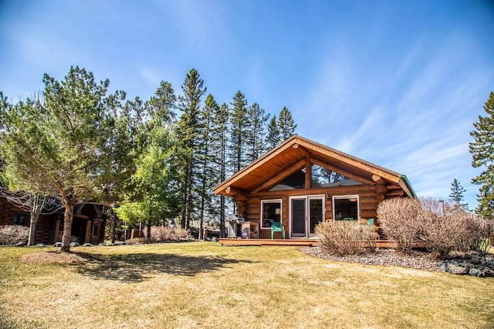 Grand Superior Lodge #502 is a beautiful home near the Gitchi Gami Bike Trail, Split Rock Lighthouse, Gooseberry Falls, and the Superior National Hiking Trail