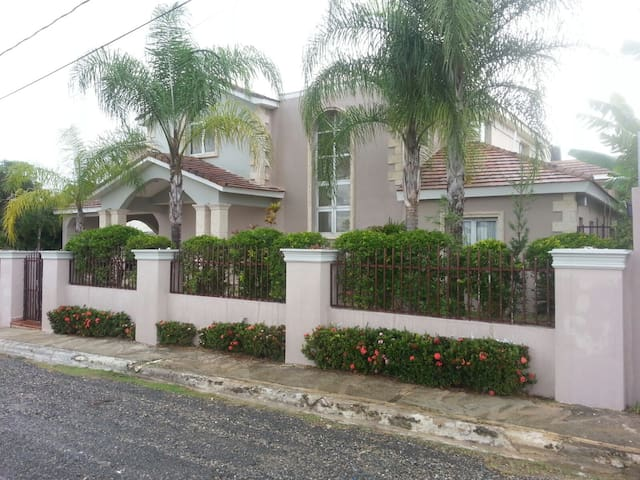 Casa con terrazas exteriores, baño privado, AC - Santo Domingo Province - Bed & Breakfast