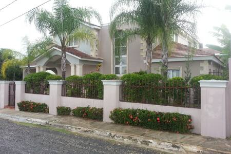 Casa con terrazas exteriores, baño privado, AC - Bed & Breakfast